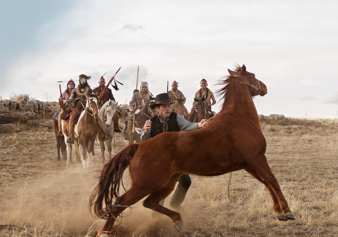 Imagen de Deuda de honor, película distribuida en España por Vértice Cine © 2014 Ithaca, EuropaCorp. y The Javelina Film Company. Todos los derechos reservados.